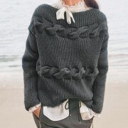 Gray sweater with torsade at the base of the neck