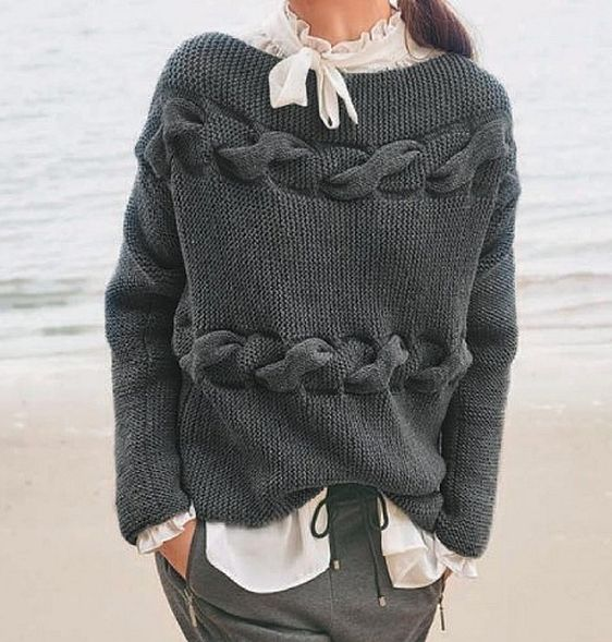 Sweater gris con torsade en la base del cuello